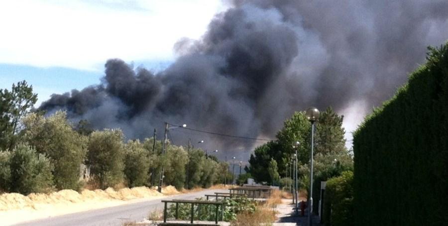Uma grande coluna de fumo negro levantou-se durante o incêndio