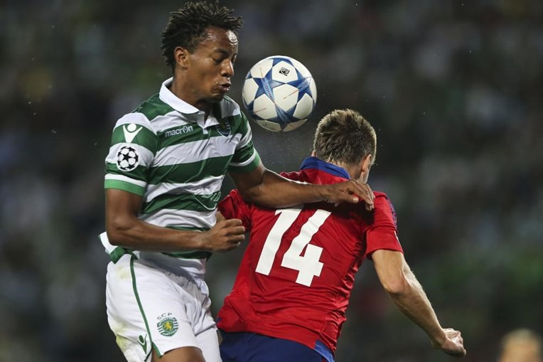 Carrillo e Kiril Nababkin lutam pela posse de bola