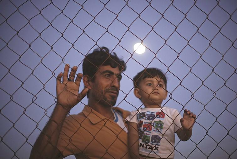 Um homem e o seu filho junto a uma praia na faixa de Gaza. Em 50 dias de guerra morreram 2157 palestinianos, dos quais 541 crianças