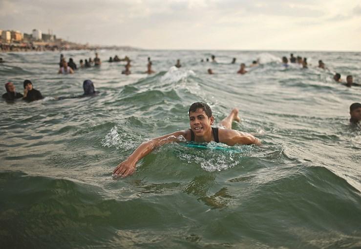 A memória da recente guerra não impede os palestinianos de se banharem nas águas do mediterrâneo