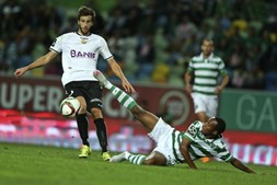 Gelson  e Rui Pereira disputam o esférico
