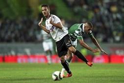 Slimani e Sequeira disputam a posse da bola. O jogador do Nacional acabou por ser expulso por acumulação de cartões amarelos