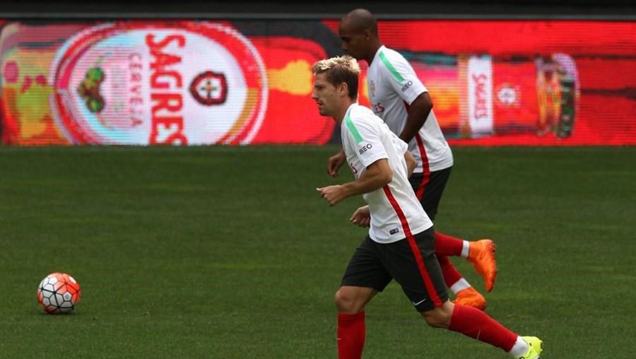 Adrien e João Mário durante os treinos