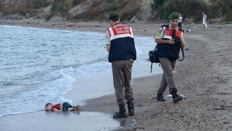 O corpo  do pequeno Aylan numa praia turca