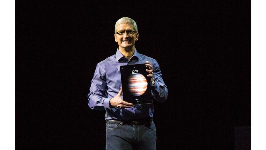 Tim Cook com o novo iPad Pro