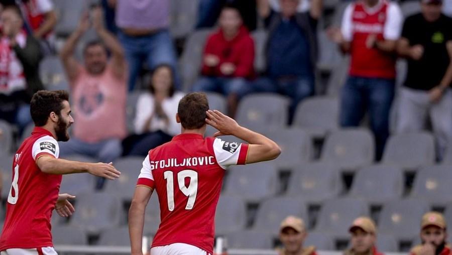 O jogador do SC Braga, Stojiljkovic, festeja após marcar o primeiro golo contra o Marítimo