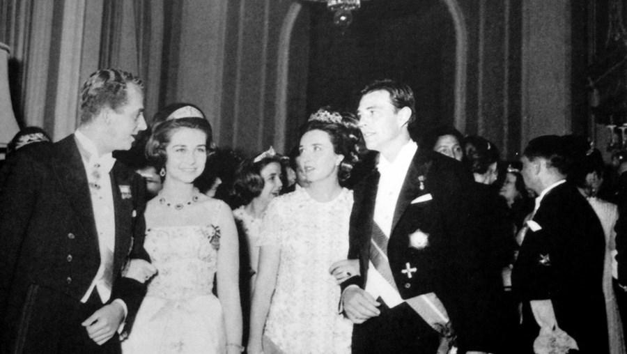 Juan Carlos com a mulher Sofia no casamento da irmã, Pilar, que teve lugar no Estoril