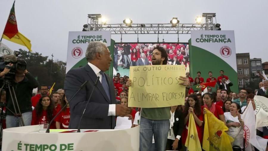 Jovem interrompe António Costa