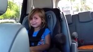 Menina desolada ao descobrir que Adam Levine é casado