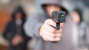 Assalta autocarro de arma em punho na Amadora