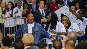 Ativistas interrompem discurso de Clinton