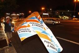 Apoiante da coligação PSD/CDS-PP exibe bandeira do Portugal à Frente