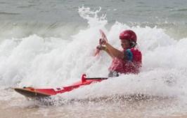 Um atleta a chegar a terra depois da sua prestação nas ondas