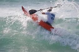 Kayaksurf pratica-se nos clássicos modelos de caiaque sit-in (fechados), que foram redesenhados para surfar