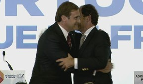 Abraço entre Passos Coelho e Paulo Portas