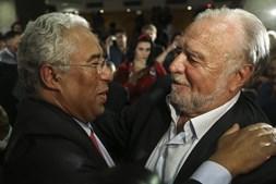 António Costa é cumprimentado por Manuel Alegre