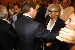 Passos Coelho cumprimenta a mulher, Laura, depois de conhecer o resultado das eleições
