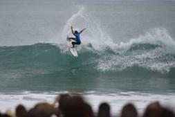 O surfista português Frederico Morais ainda continua em prova