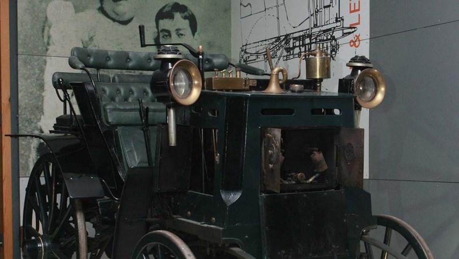 """O Panhard & Levassor desembarcou em Lisboa e depois realizou """"uma viagem histórica"""" para Santiago do Cacém"""