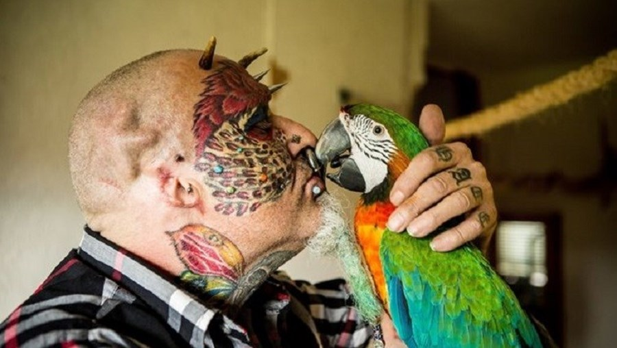 Ted Richards é apaixonado por papagaios