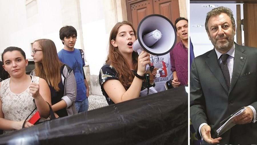 """Estudantes consideram """"lamentável"""" atraso no pagamento de bolsas de mérito por parte do ministério de Nuno Crato"""