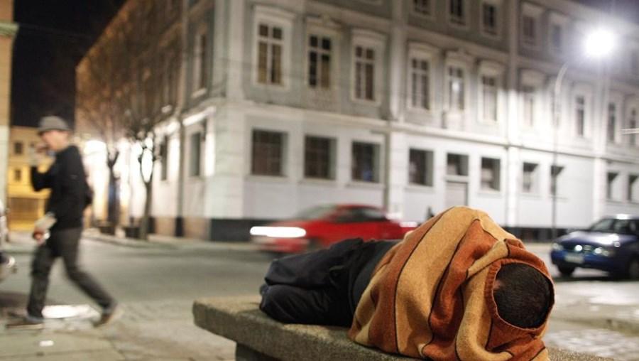 Os portugueses são os mais expostos ao risco de cair na miséria