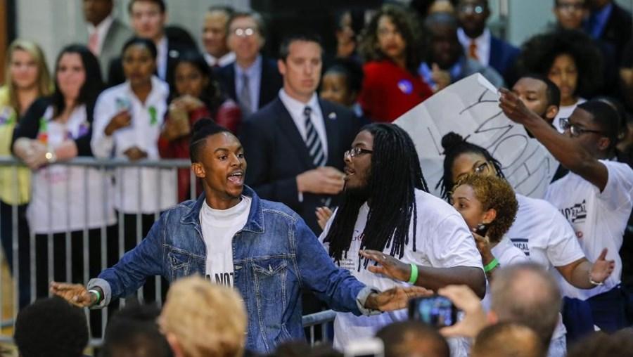 Clinton proferia um discurso numa universidade quando um grupo de manifestantes a interrompeu