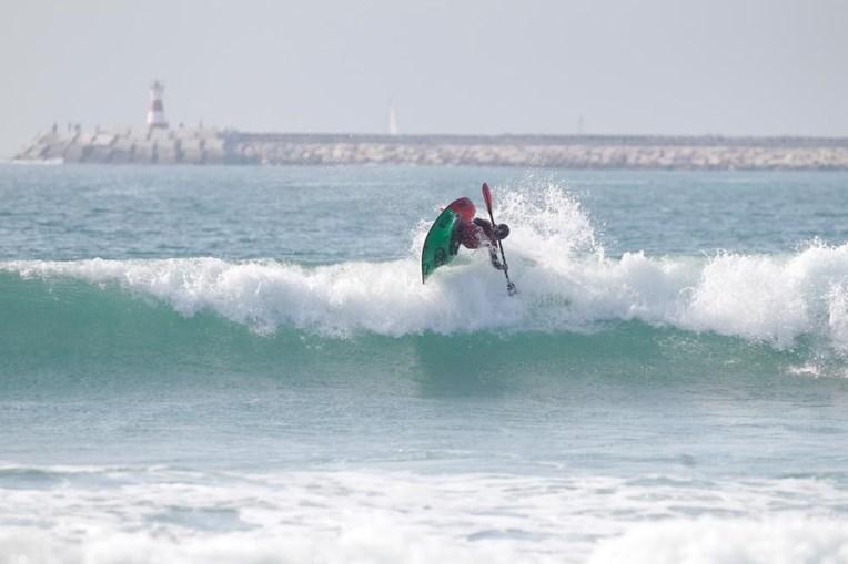 Kayaksurf e waveski desafiam as ondas com as regras do surf e a ajuda das tradicionais pagaias