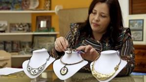 Desemprego leva jovem a criar bijuteria