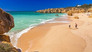 Britânicos com esperança de férias em Portugal em risco de não o poderem fazer