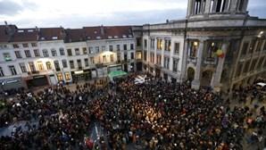 Centenas de pessoas em vigília pela paz em Molenbeek