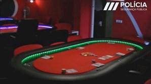A Polícia encontrou na vivenda de três pisos mesas para a exploração e prática de jogo ilícito, nomeadamente póquer