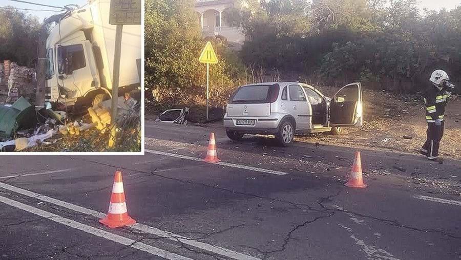 Carro invadiu faixa contrária e chocou de frente com camião, que foi projetado contra um poste
