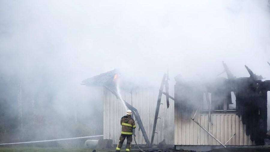 O fogo nos apartamentos de Floda junta-se a mais de uma dezena de outros incêndios no país e que tiveram origem criminosa