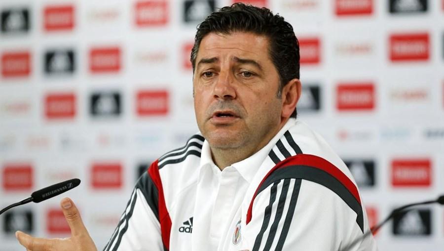 O treinador durante a conferência de imprensa