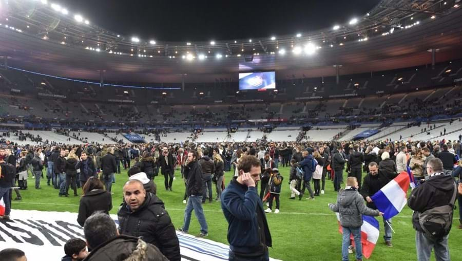 Milhares de pessoas esperaram para ser retiradas do Estádio de França, um dos pontos atacados. Durante o ataque, decorria o jogo França-Alemanha