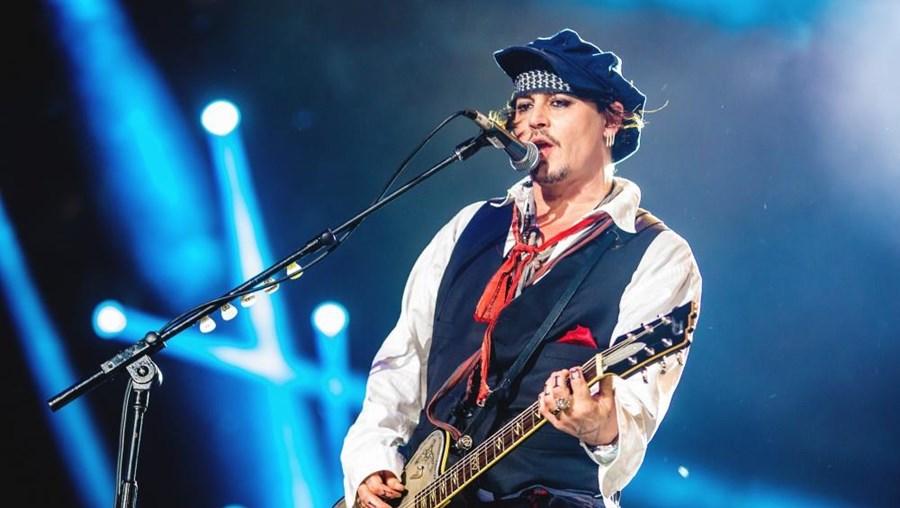 Johnny Depp, conhecido ator, é também guitarrista na banda Hollywood Vampires