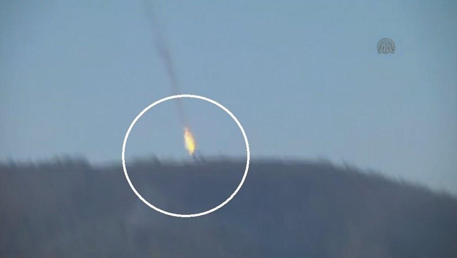 'NTV' e 'CNN Turk' difundiram imagens da queda de uma aeronave militar em chamas em montanhas próximas da fronteira
