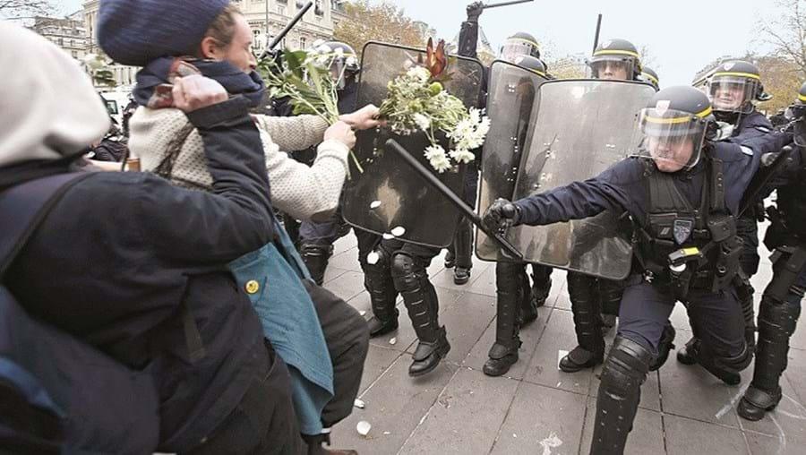 Flores do memorial às vítimas dos atentados foram lançadas pelos ativistas contra a polícia