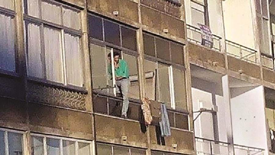 Pendurou-se numa janela para evitar detenção