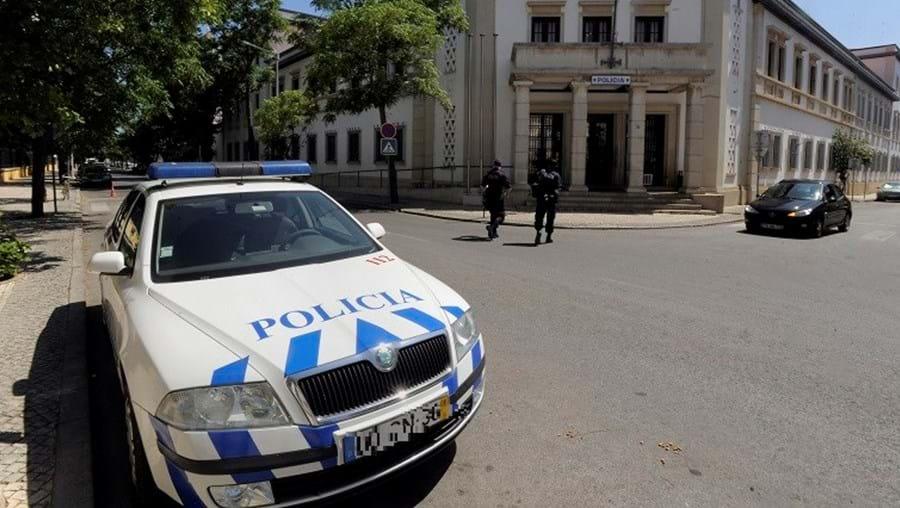 Polícias detetaram o roubo e apanharam a mulher em flagrante