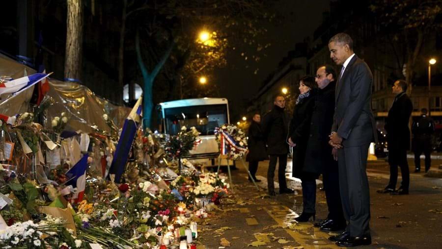 Obama e Hollande deixaram flores junto à fachada do Bataclan
