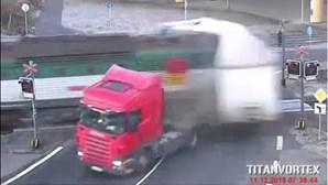 Veja as imagens do choque entre comboio e camião