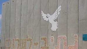 Aldeia israelita constrói mural da paz