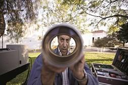António verifica a lente do projetor