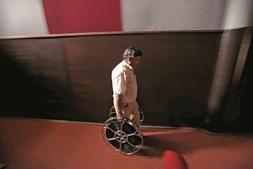 António Feliciano no interior do cinema Girassol, em Milfontes