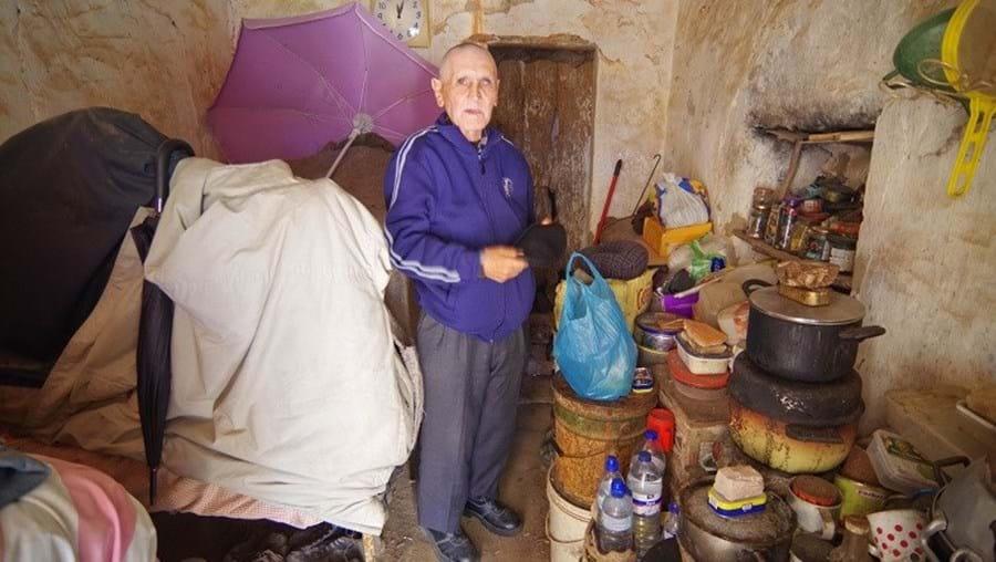 Homem vive em condições miseráveis