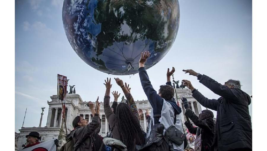 O texto de combate ao aquecimento global foi assinado pelos 195 países, em Paris