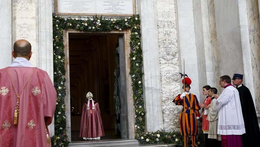 O papa Francisco abriu este domingo a Porta Santa da catedral de Roma
