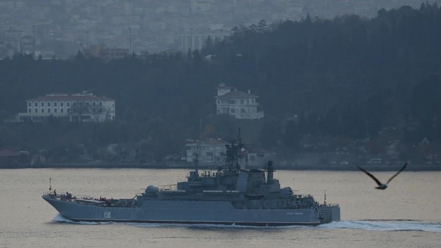A embarcação de pesca terá chegado a 600 metros do navio russo